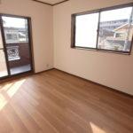 二階の6帖のお部屋も2つの窓から日差しが入り、快適に過ごせますね(寝室)