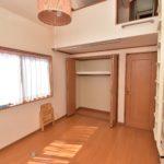 二階には6帖の居室が2部屋あり、共に勾配天井で解放感があります(寝室)