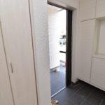 J号棟 玄関は靴収納の他にクローゼットもあり、冬場のアウター収納等にも便利です。