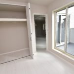 2号棟 2階にはリビングの他4.5帖の居室があります。バルコニーとつながります。(寝室)