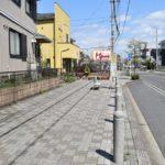 前の道路です。広い歩道がありバス停もあります。(周辺)