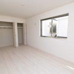 J号棟 主寝室の収納は2つのクローゼットがあり、たくさんのお洋服もらくらく収納できます。(寝室)