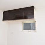 キッチンには吊戸棚と窓がついております。風通しに期待できますね。
