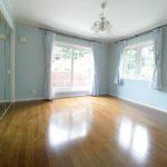 2階 8.9帖洋室 壁の色が淡い色身で落ち着きます。(寝室)