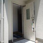白いドアが明るい家の印象を造ります。(玄関)