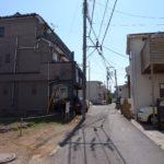 現地含む前面道路です。こちらの道は雄三通りにつながります。