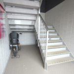 入口を入って二階に上がる階段(玄関)