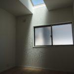 二階の洋室には天井から光が差しこみます(子供部屋)