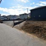 共有地の隣は現在駐車場となっておりますので開放感があります。