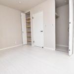 1区画 1階6帖 収納が2つあり、1つは奥行きがある広々とした収納です。(寝室)