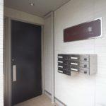 オートロック付き入口と郵便受け(外観)