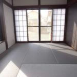 リビングから続く和室はおしゃれな色彩で大きな窓があり、日向ぼっこでくつろぐことができそうです。