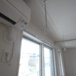 エアコンと室内干し出来るポールが付いています。取り外しも可能です。(内装)